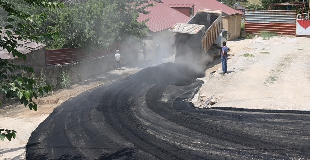 Bitlis'te altyapısı tamamlanan yollar asfaltlanıyor