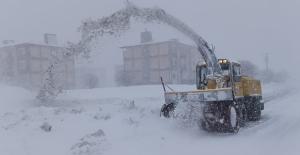 Bitlis'te yağan kar 2 metreyi geçti