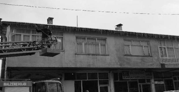 Adilcevaz Belediyesinden buz sarkıtlarını temizleme çalışması