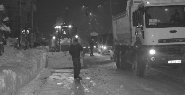 Tatvan Belediyesi kar temizleme çalışmalarını sürdürüyor