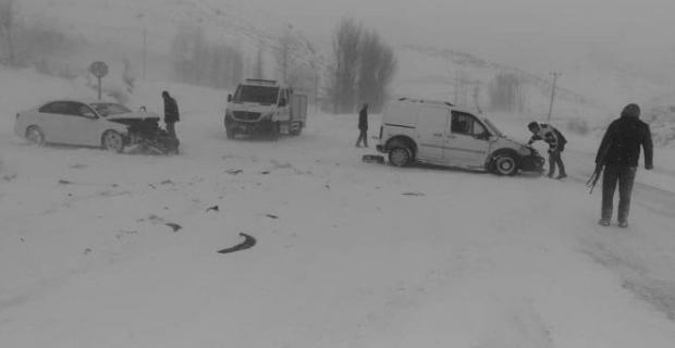 Tatvan'da kayan araçlar kafa kafaya çarpıştı: 4 yaralı
