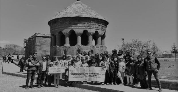 Köylerinden ilk defa çıkan çocuklar, Ahlat'ın tarihi mekanlarını gezdi