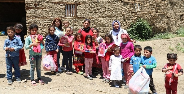 Köy çocuklarını sevindirmek için yüzlerce kilometre yol kat ettiler