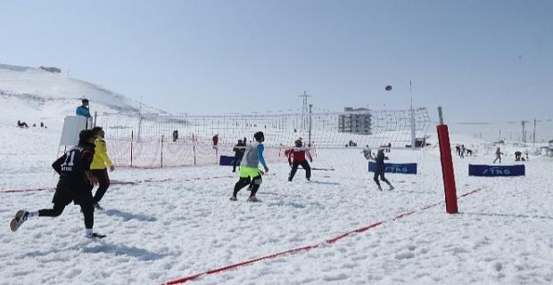 Bitlis'te bir ilk: 'Kar Voleybolu'