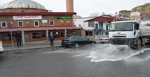Adilcevaz'da cadde ve sokaklar dezenfekte edildi