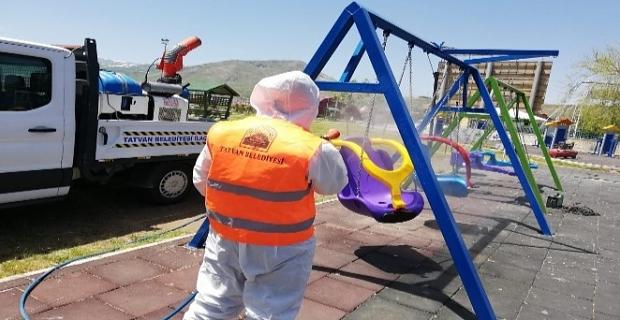 Tatvan'da parklardaki oyun grupları dezenfekte ediliyor