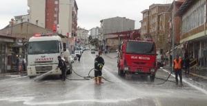 Ahlat'ta caddeler ilaçlı suyla dezenfekte ediliyor