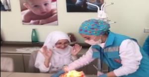 Sağlık görevlilerinden kanser hastası kadına evlilik yıl dönümü sürprizi