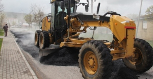 Bitlis Belediyesi bozulan asfalt yolları onarıyor