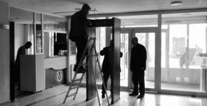 Tanğlay, belediye girişindeki X-ray cihazını kaldırttı