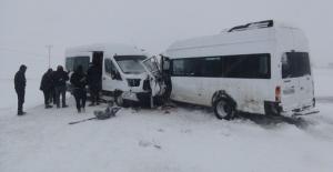 Bitlis'te 2 minibüsün çarpışması sonucu 3'ü ağır 17 kişi yaralandı!
