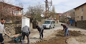 Bitlis'te kış aylarında bozulan yollar onarılıyor